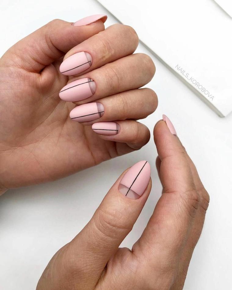 Idea smalto rosa cipria, le mano di una donna, disegni con smalto nero, unghie forma a mandorla