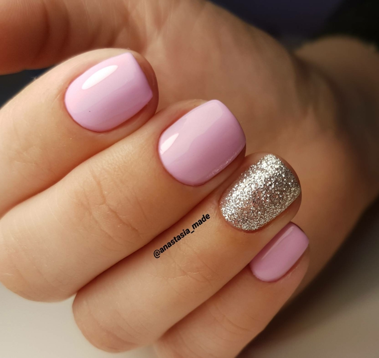 Unghie forma squadrata, smalto rosa lucido, unghie decorate