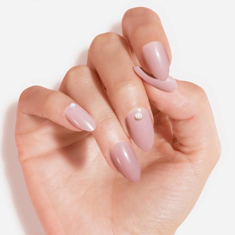 Unghie bellissime, unghie a mandorla, smalto rosa chiaro, decorazione manicure con perle