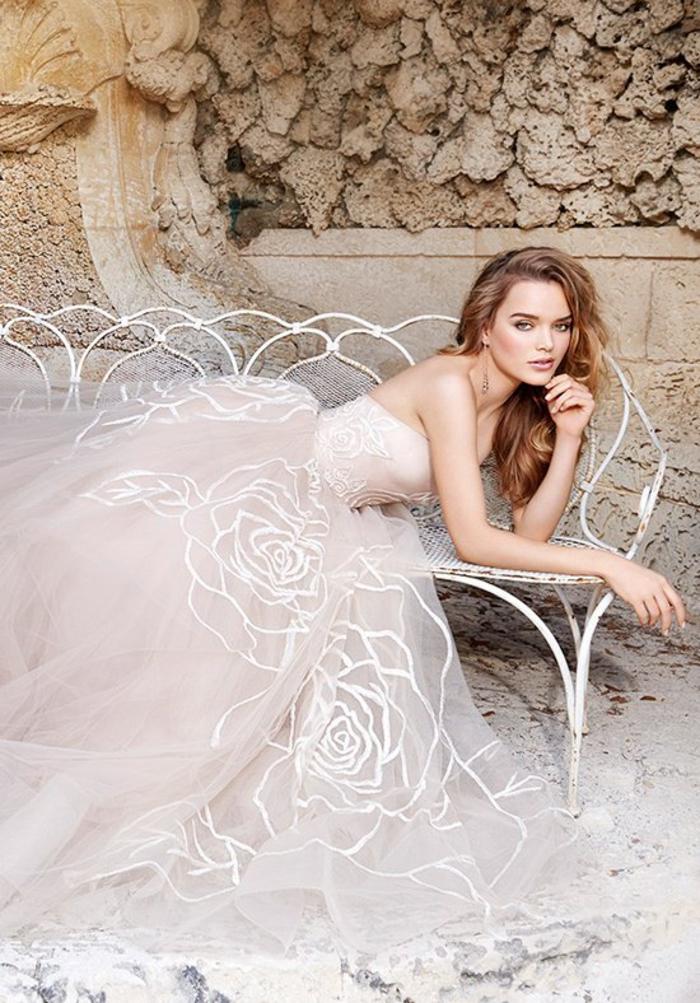 Abito bianco con ornamenti floreali, vestiti da sposa colorati, ragazza sdraiata su una panchina