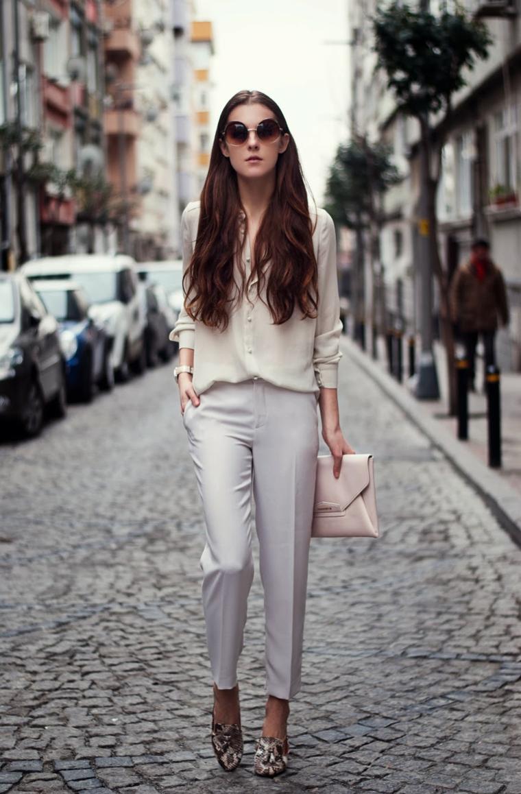 Ragazza cammina in strada, capelli lunghi e mossi, piega capelli lunghi
