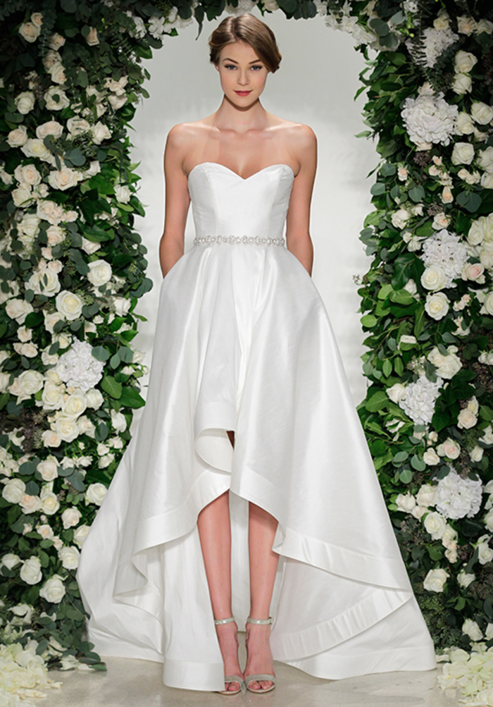 Donna con sandali alti, vestito da sposa con taglio asimmetrico, donna con acconciatura da sposa