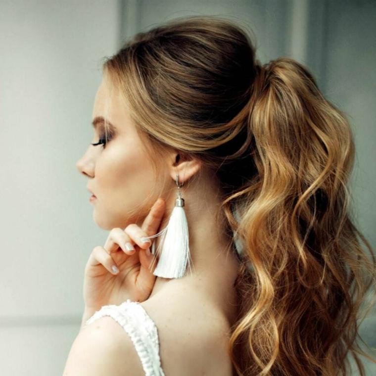 Acconciature sposa capelli medi, ragazza con capelli biondi, pettinatura legati con elastico