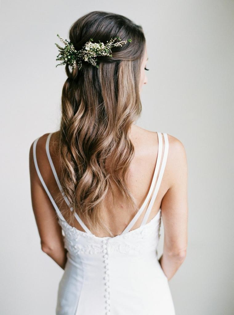 Acconciature sposa capelli lunghi, abito da sposa bianco, capelli lunghi e ricci