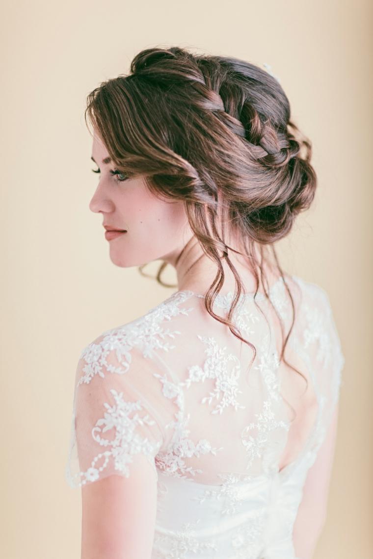 Ragazza con abito da sposa, capelli castani con treccia, ciocche capelli ricci