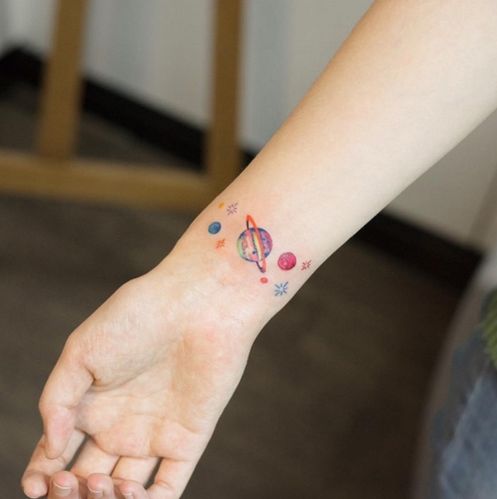 Tatuaggi femminili eleganti, tattoo sul polso, disegno sistema solare