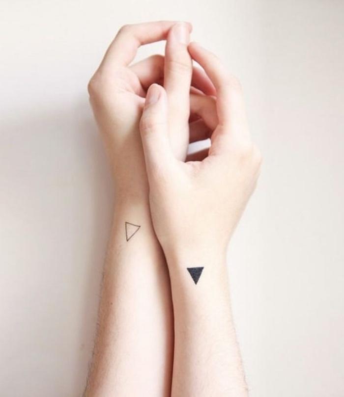 Tatuaggi piccoli particolari femminili, disegno triangoli, tattoo sul polso