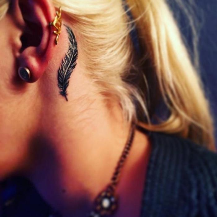 Tatuaggio piuma sul collo, donna con capelli biondi, tattoo schiena donne