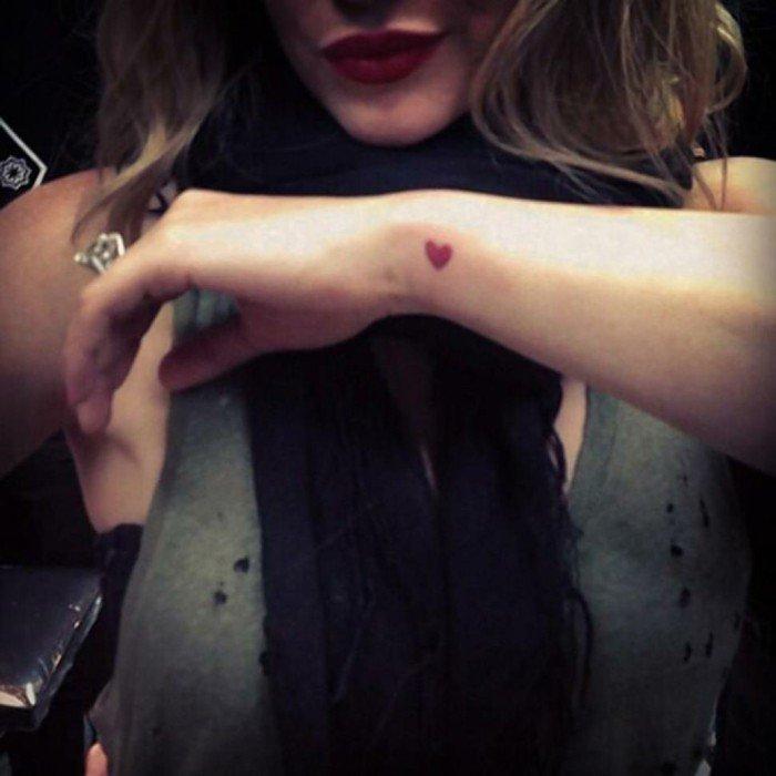 Idea tatuaggi belli, tattoo cuore rosso, tatuaggio sul polso della mano