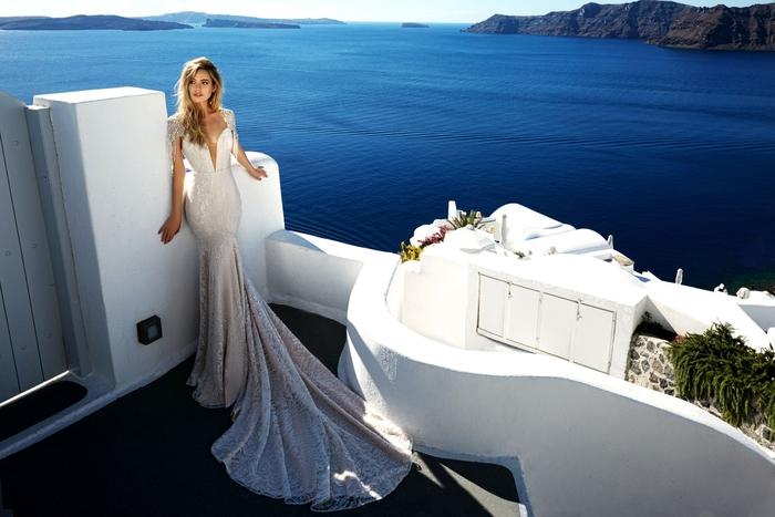 Sposa da principessa, abito da sposa stile sirena, ragazza con capelli biondi