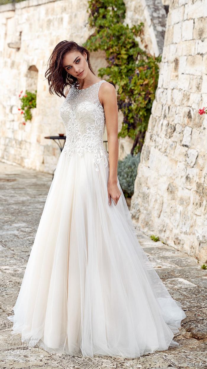 Abiti da sposa stretti, vestito da sposa bianco, ragazza con capelli castani