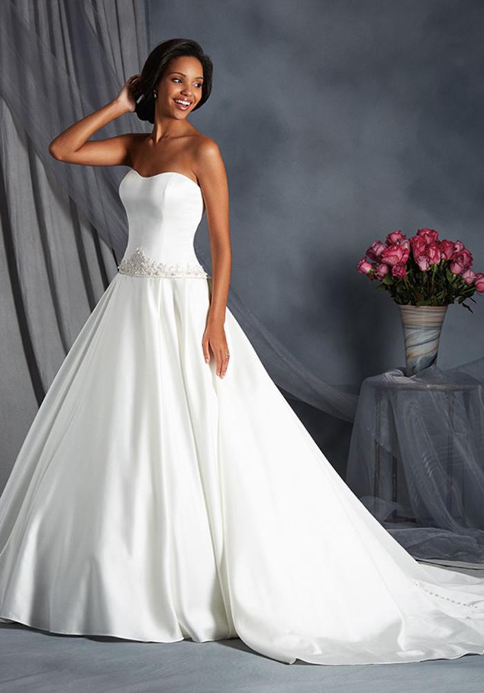 Vestito da sposa principessa, abito bianco di seta, ragazza con capelli legati