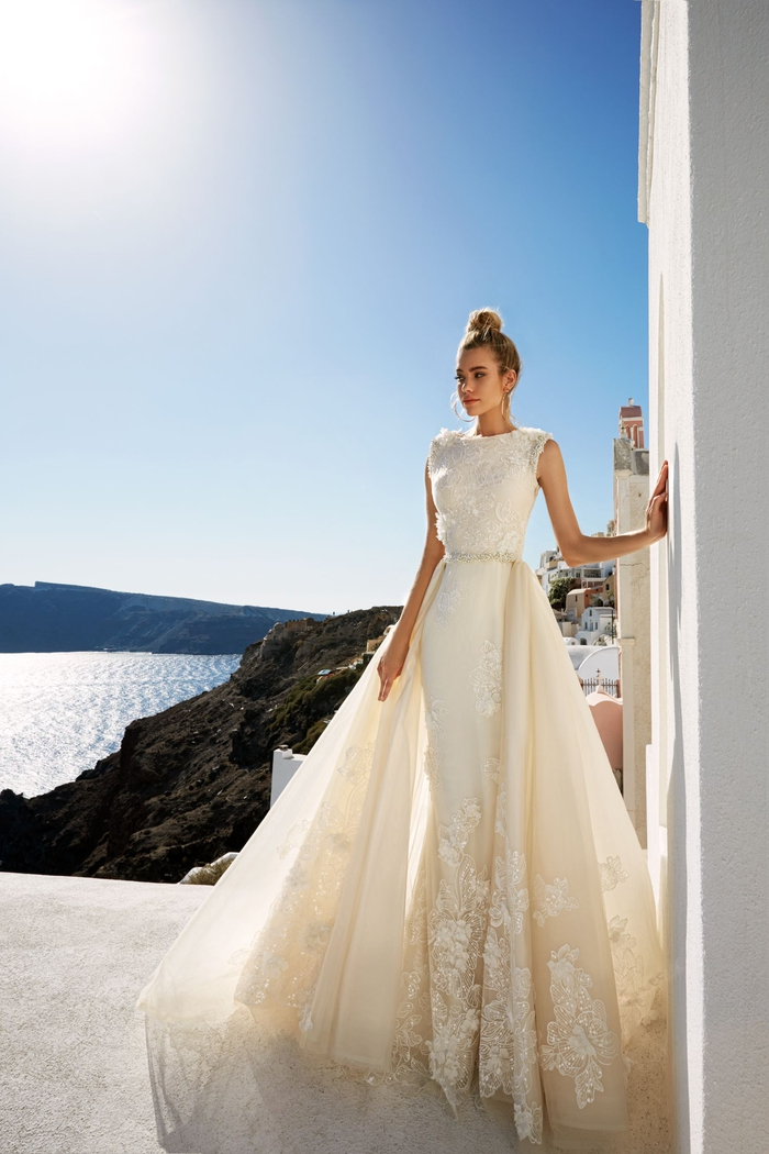Abito da sposa con ornamenti in pizzo, ragazza con capelli legati, vestito da sposa color crema
