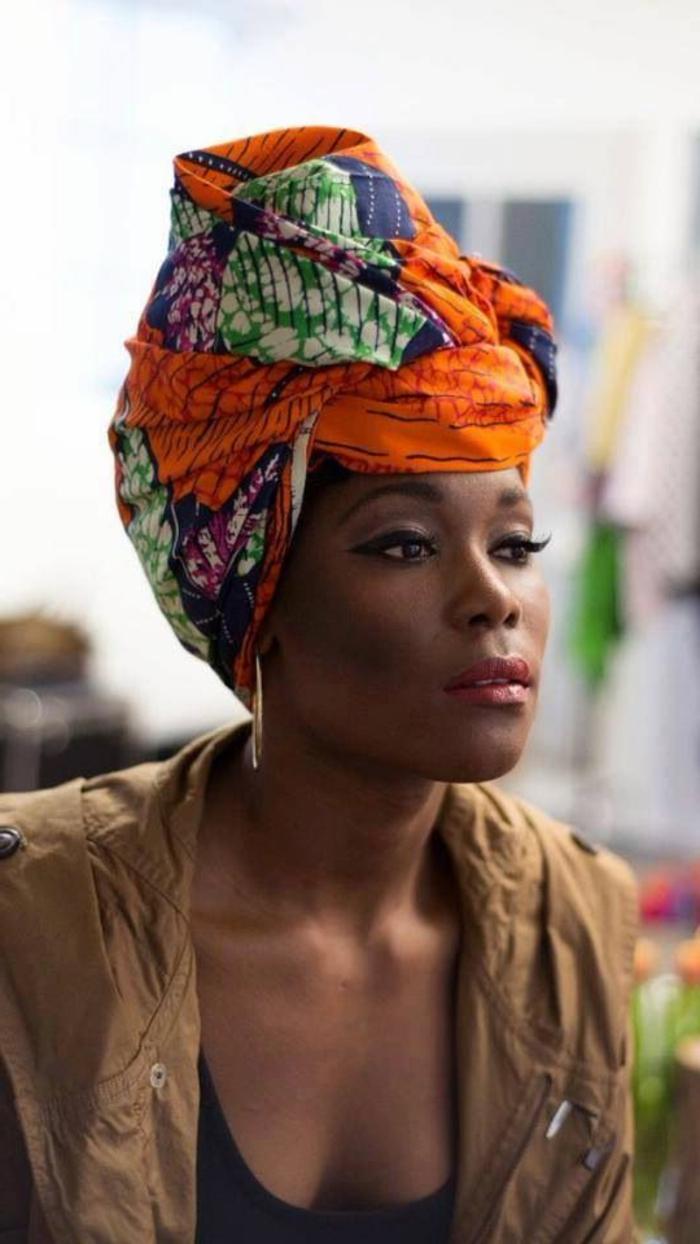 Stoffe africane per le sciarpe, ragazza con viso di profilo, maglietta nera e trench marrone