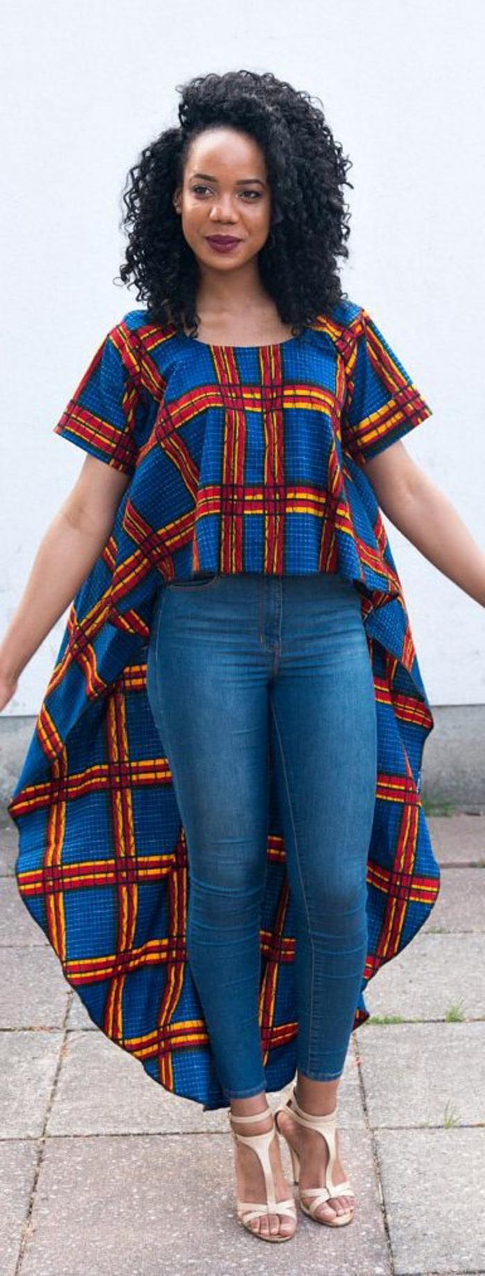 Vestiti africani di colore blu, blu jeans vita alta, maglietta lunga dietro, ragazza con capelli ricci