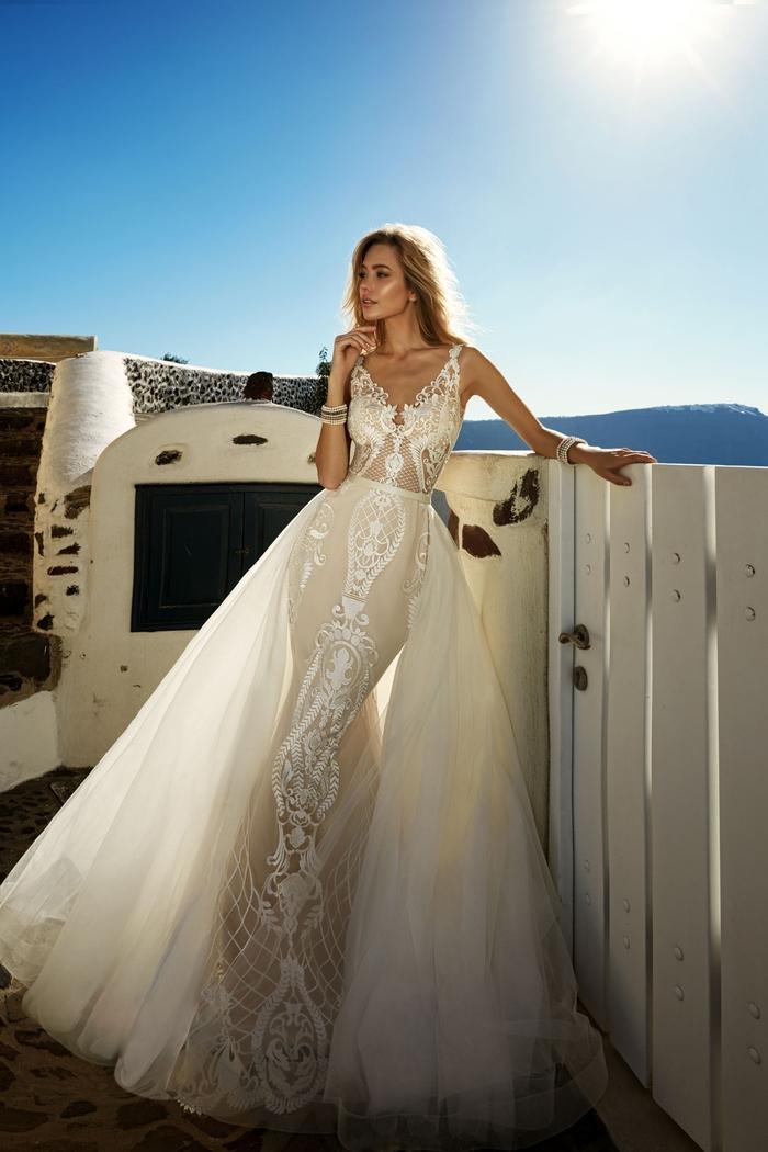 Abito da sposa in pizzo trasparente, ragazza con capelli biondi, vestito da sposa con tulle