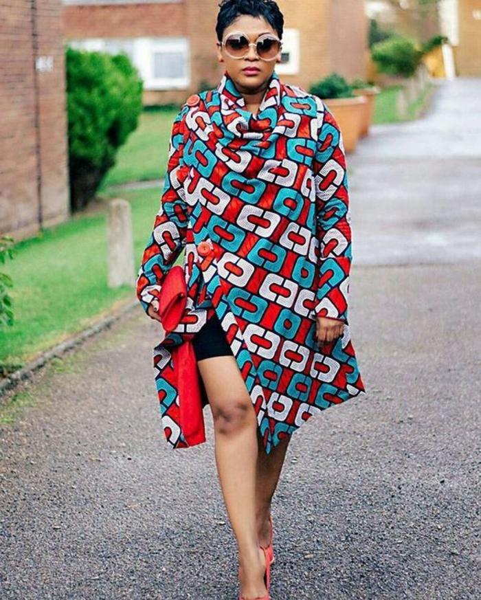 Vestiti africani con giacca a fascia, ragazza con capelli corti, accessori come occhiali da sole