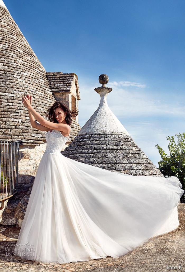 Abito da sposa stile principessa, ragazza con capelli castani, vestito con chiffon bianco