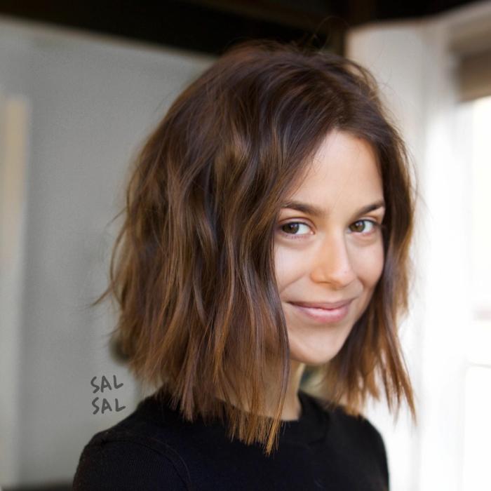 Acconciatura ragazza capelli castani, pettinatura effetto mosso, taglio caschetto corto