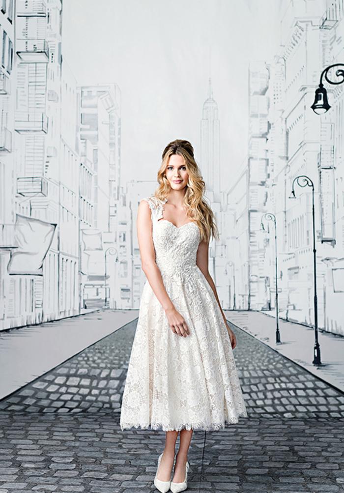 Vestito da sposa corto, abito con ornamenti in pizzo, ragazza con capelli biondi