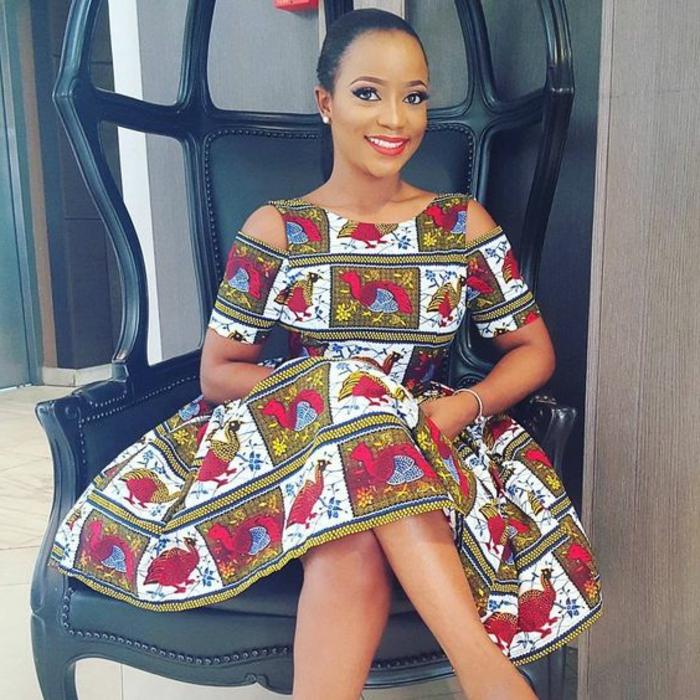 Abiti africani per donna, ragazza con vestito a ruota, stampe colorate floreali, ragazza con capelli raccolti