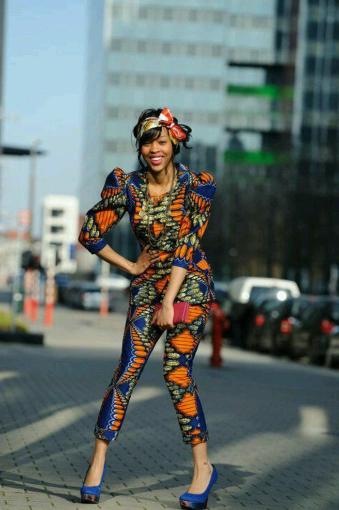 Abiti africani colorati, ragazza in strada con scarpe alte, ragazza con pantalone e giacca