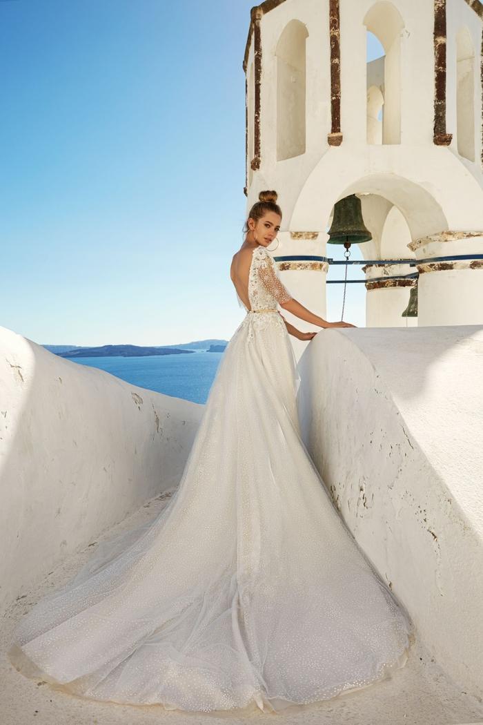 Abito da sposa con manica in pizzi, ragazza con capelli legati, vestito da sposa bianco