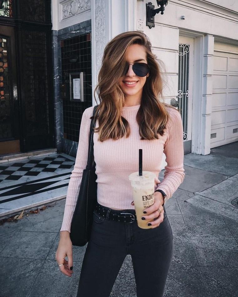 Acconciature semplici capelli lunghi, ragazza con jeans, occhiali da sole stile Ray Ban