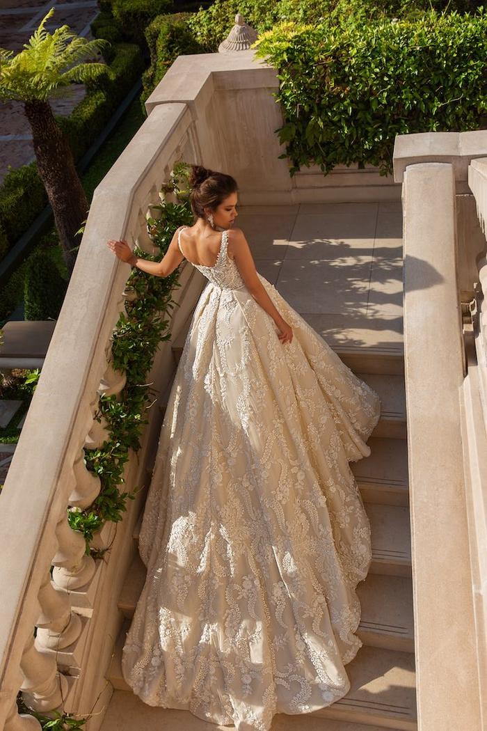 Abito da sposa con ornamenti, ragazza con capelli legati, vestito con gonna lunga
