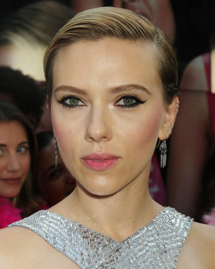 L'attrice famosa Scarlett Johansson con i capelli biondi, pettinatura effetto bagnato