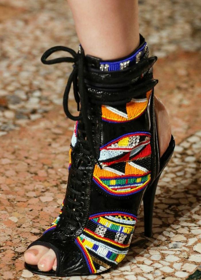 Scarpa tacco alto di pelle, ricami colorati, sandali alti con lacci, pedicure smalto beige
