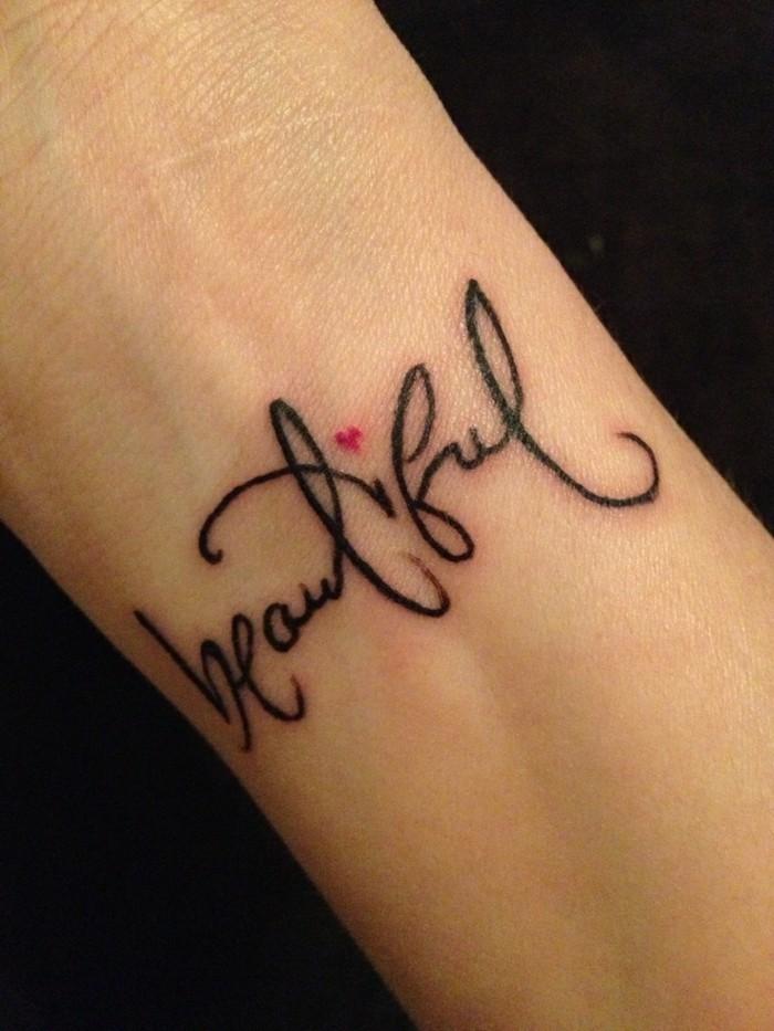Frasi da tatuarsi, scritta beautiful sul polso della mano, il braccio di una donna