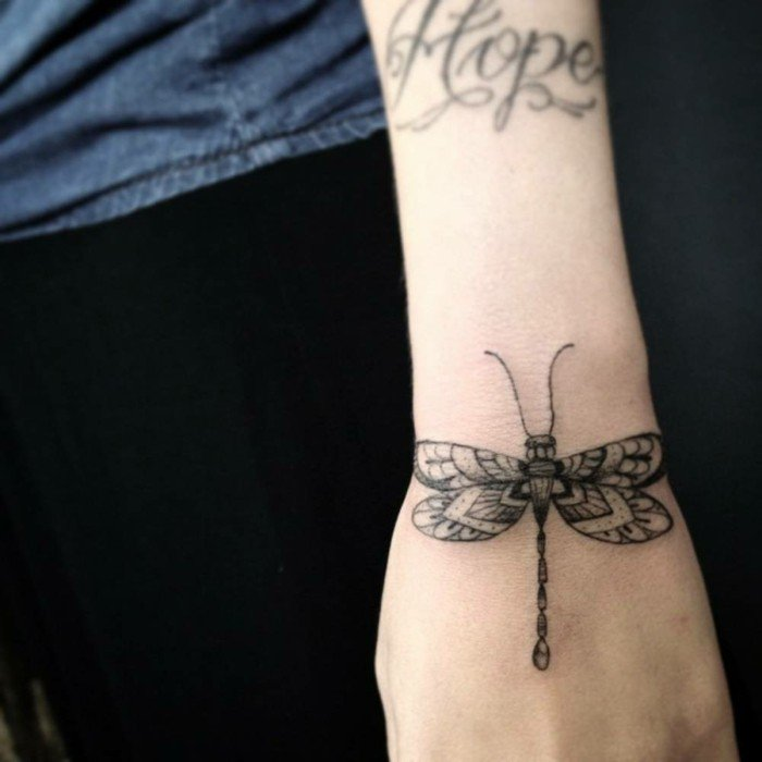 Idea frasi da tatuarsi, tattoo farfalla sul polso, il braccio di una donna