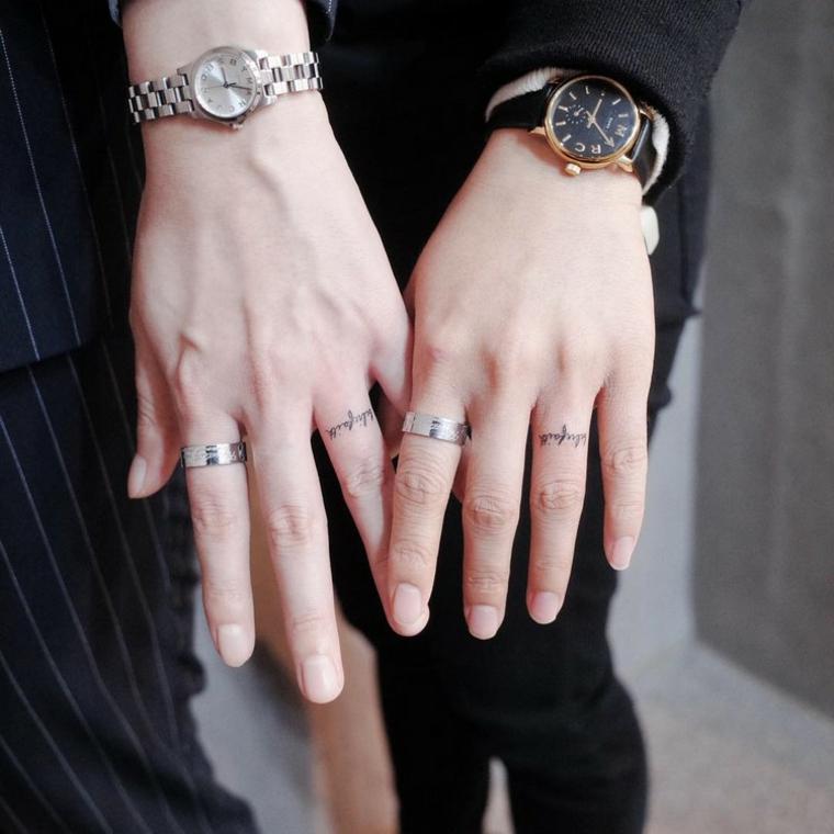 Tatuaggi significativi profondi, mani con tattoo scritta sulle dita
