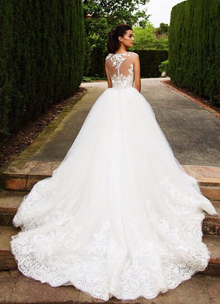 Donna con abito da sposa, vestito bianco stile principessa, acconciatura capelli da sposa
