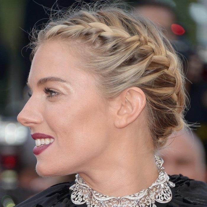 Acconciatura con treccia laterale, capelli corti biondi, Sienna Miller con il viso di profilo
