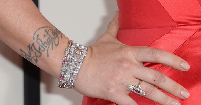 Frase tatuata sul polso, tatuaggio con scritta, braccialetti e anello in diamanti