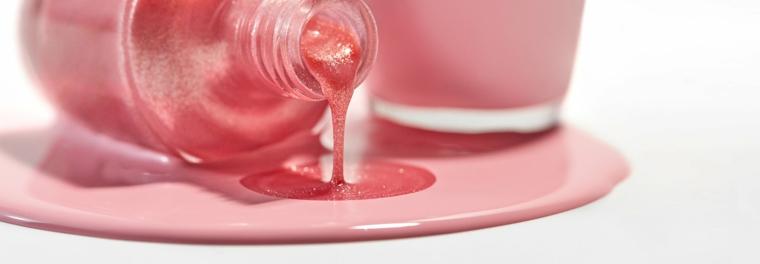 Bottiglietta smalto rovesciata, smalto colore rosa, nail art rosa stilizzata