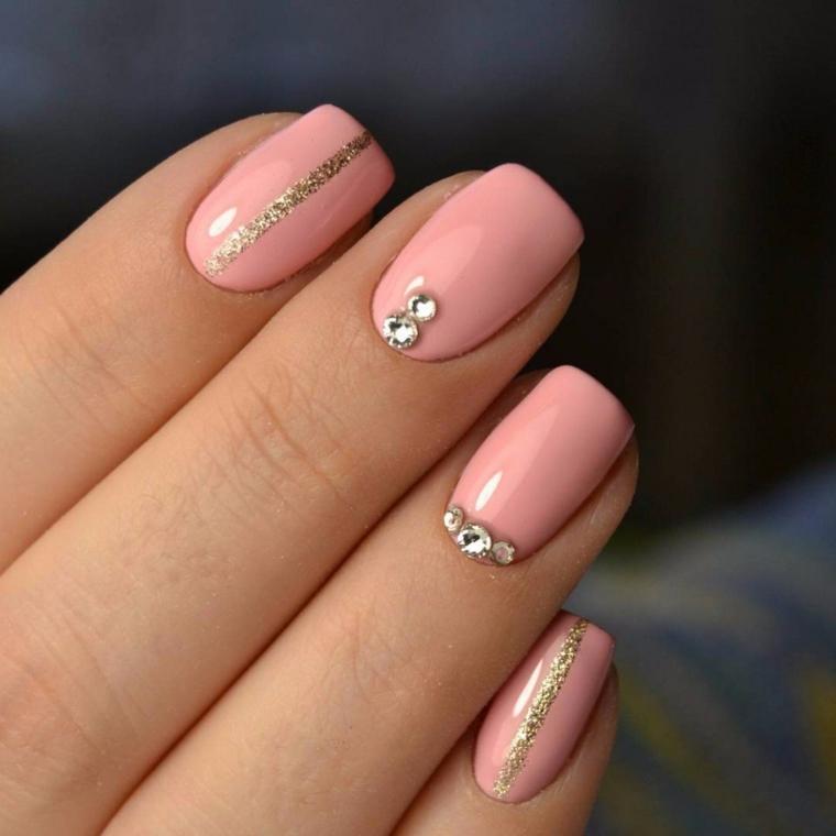 Unghie bellissime, smalto colore rosa, decorazione con brillantini