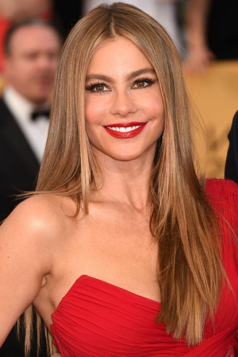 Acconciature per capelli lunghi, capelli lisci scalati, abito di colore rosso
