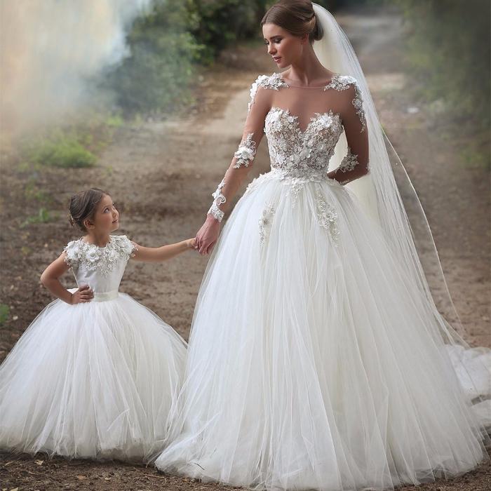 Abiti da sposa stretti, mamma e figlia con abito da matrimonio, bambina con abito bianco