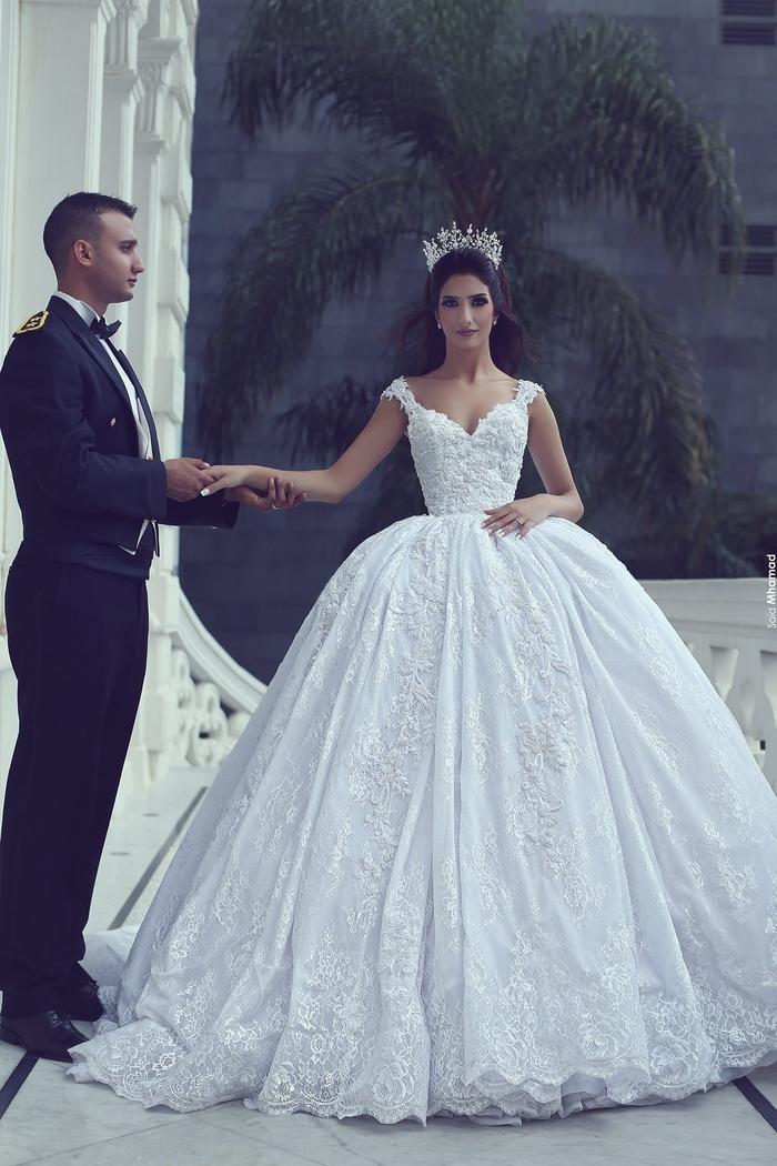 Abito da sposa in stile principessa, vestito con ricami, ragazza con corona