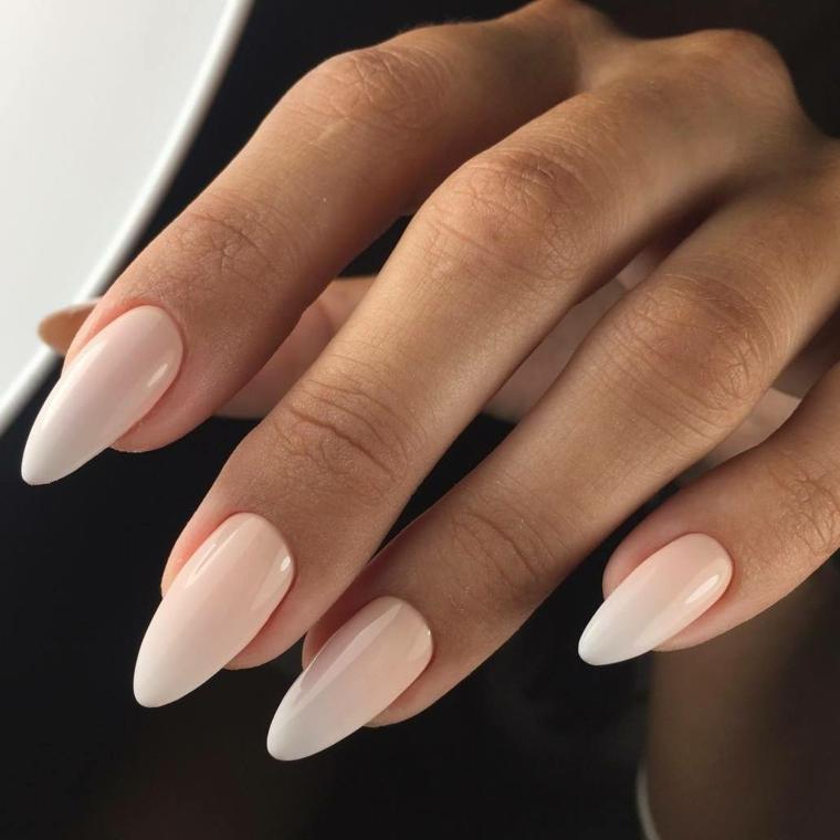 Nail art rosa stilizzata, unghie stiletto, smalto rosa chiaro, mano donna