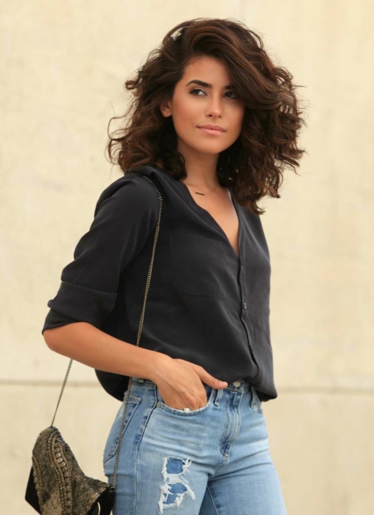 Tagli medio lunghi, capelli ricci con volume, taglio caschetto medio, abbigliamento con camicia e jeans
