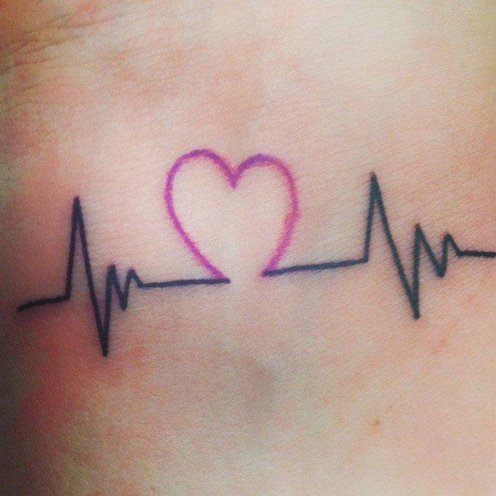 Idea tatuaggio con battito cardiaco, tatto di un cuore viola