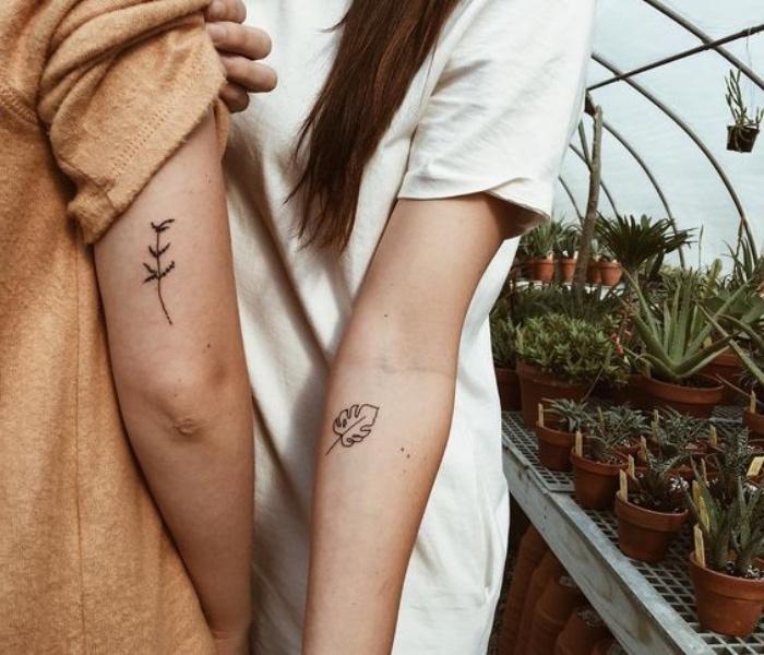 Tatuaggi avambraccio, tatuaggio di coppia, donna con una foglia, uomo con un fiore