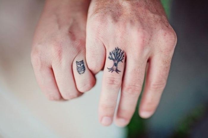 Tatuaggio di coppia, tatuaggi più belli del mondo, uomo e donna che si tengono per mano