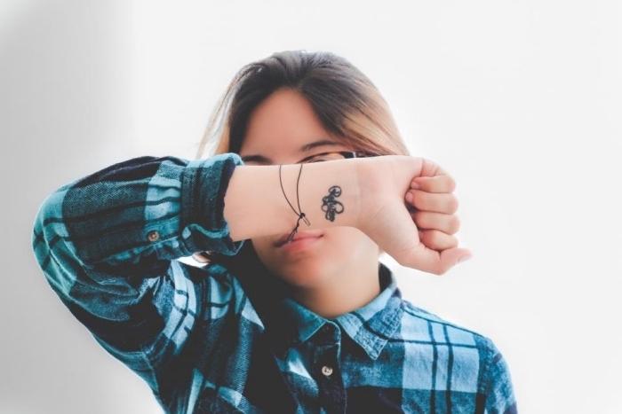 Idee tattoo sul polso, ragazza con tattoo sul polso