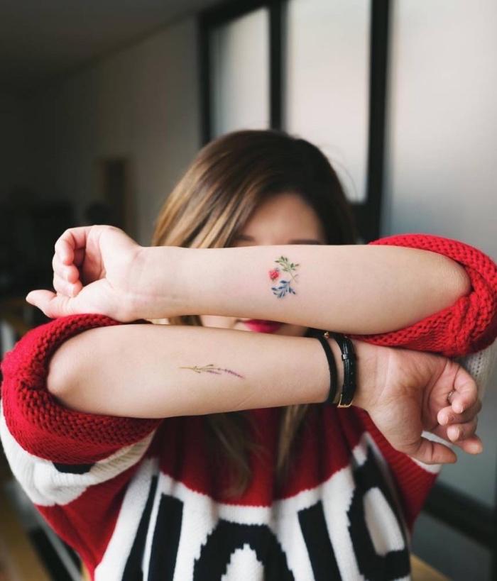 Tatuaggi sul polso, donna tatuata sulle braccia, tattoo fiori colorati