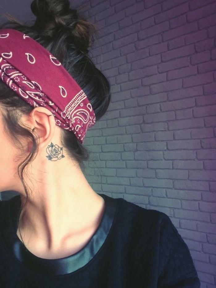 Tatuaggio piccolo, tattoo rosa sul collo, donna con fascia per capelli